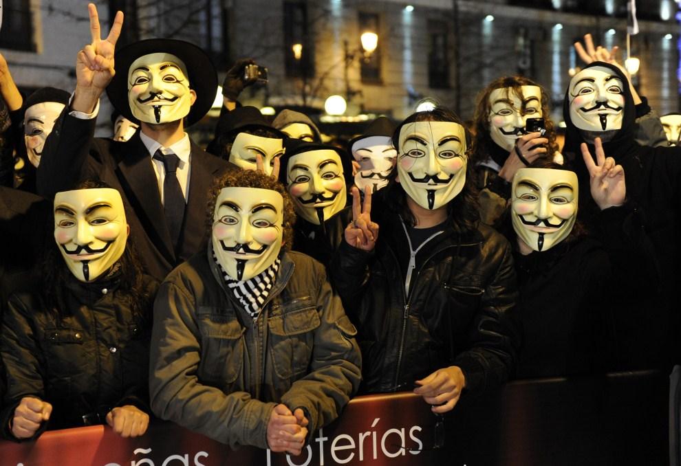 15.HISZPANIA, Madryt, 13 lutego 2011: Ludzie protestujący przed Teatrem Królewskim w trakcie ceremonii rozdania  nagród filmowych Goya. AFP PHOTO / JAVIER SORIANO.