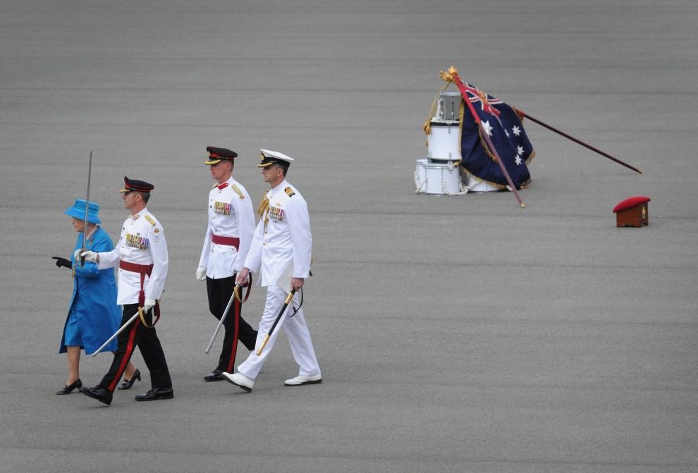 14. AUSTRALIA, Canberra, 22 października 2011:  Elżbieta II podczas wizyty w Royal Military College Duntroon. (Foto: Marina Neil-Pool/Getty Images)