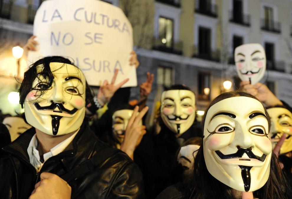 16.HISZPANIA, Madryt, 13 lutego 2011: Protest przed Teatrem Królewskim w Madrycie. AFP PHOTO / JAVIER SORIANO.