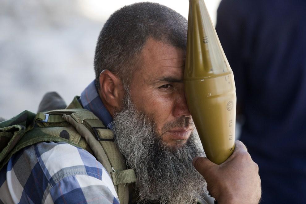 15. LIBIA, Syrta, 9 października 2011: Bojownik NTC czeka na przybycie dowódcy przed wyruszeniem do centrum Syrty. (Foto: Majid Saeedi/Getty Images)