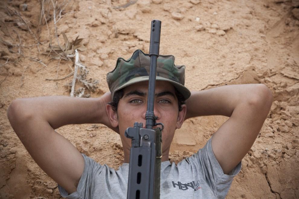 16. LIBIA, Syrta, 9 października 2011: Rebeliant odpoczywa czekając na rozkazy. (Foto: Majid Saeedi/Getty Images)