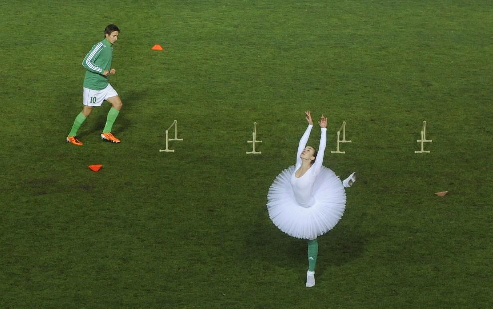 17. CZECHY, Praga, 22 października 2011: Baletnica na murawie boiska Bohemians 1905. AFP PHOTO/MICHAL CIZEK