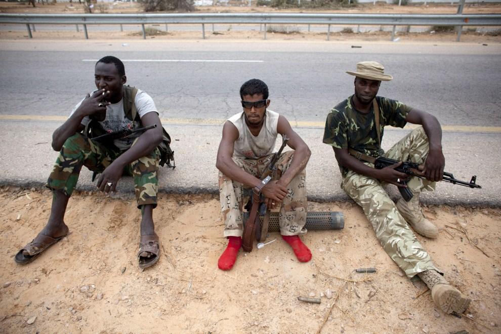 17. LIBIA, Syrta, 9 października 2011: Rebelianci przy drodze na przedmieściach Syrty. (Foto: Majid Saeedi/Getty Images)