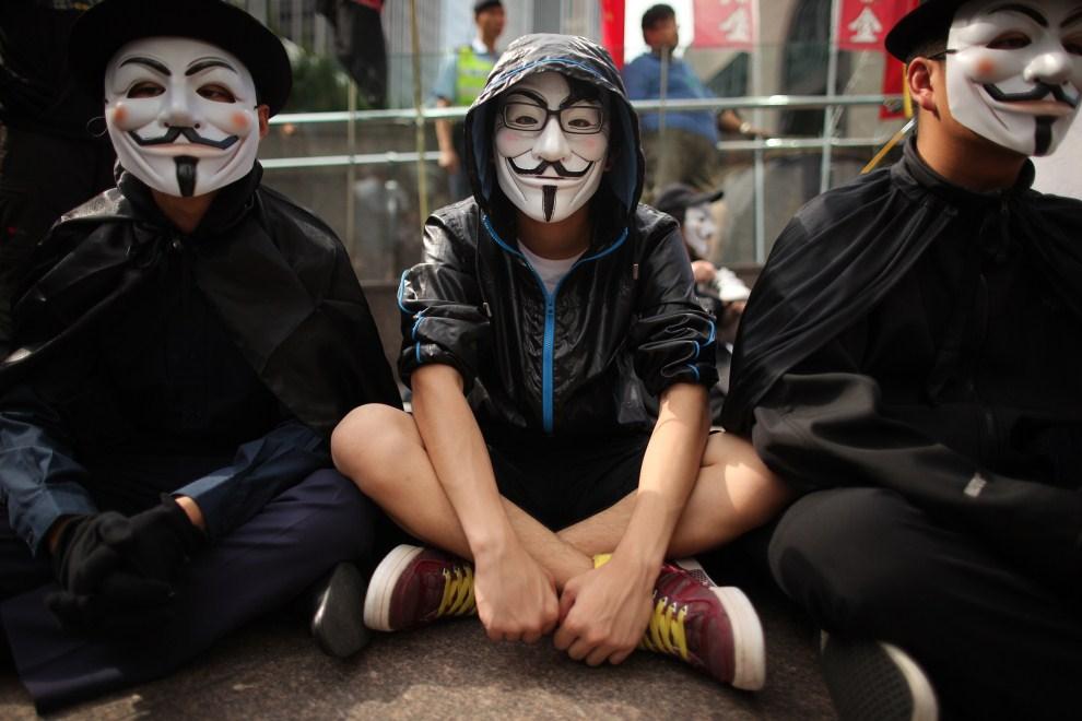"19.CHINY, Hong Kong, 15 października 2011: Aktywista ruchu ""Okupuj Wall Street"" demonstrujący w centrum Hong Kongu. AFP PHOTO / ED JONES"