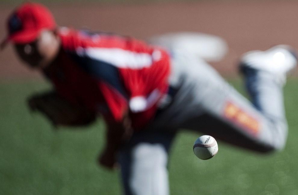 18. MEKSYK, Lagos de Moreno, 21 października 2011: Eliecer Navarro (Panama) rzuca piłkę w meczu z reprezentacją USA podczas  XVI. Igrzysk Panamerykańskich. AFP PHOTO/Raul ARBOLEDA