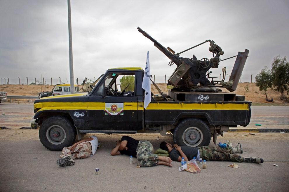 18. LIBIA, Syrta, 14 października 2011: Odpoczywający bojownicy NTC. (Foto: Majid Saeedi/Getty Images)