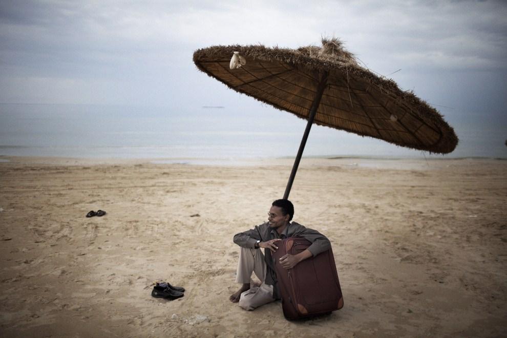 1. LIBIA, Trypolis, 22 października 2011: Abdel Fattah, lekarz z miasta Sabha, który przyjechał zobaczyć wyzwoloną stolicę. AFP PHOTO / MARCO LONGARI