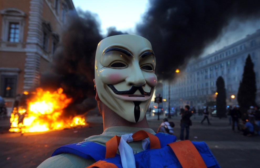 21.WŁOCHY, Rzym, 15 października 2011: Uczestnik manifestacji w Rzymie. AFP PHOTO / MARIO LAPORTA