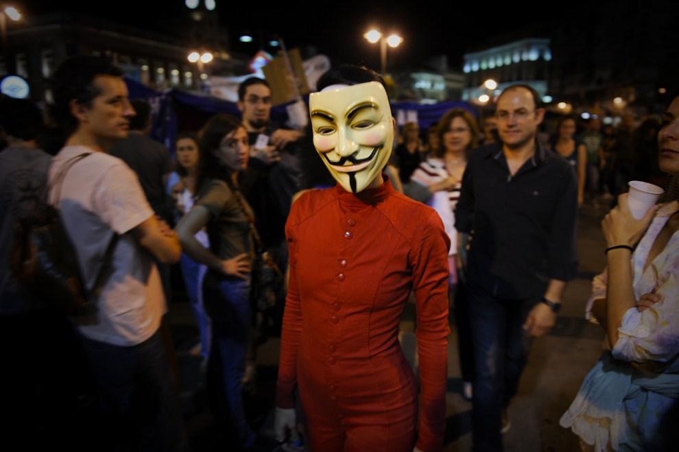 22.HISZPANIA, Madryt, 28 maja 2011: Kobieta w masce wśród protestujących na Puerta del Sol. AFP PHOTO / PEDRO ARMESTRE