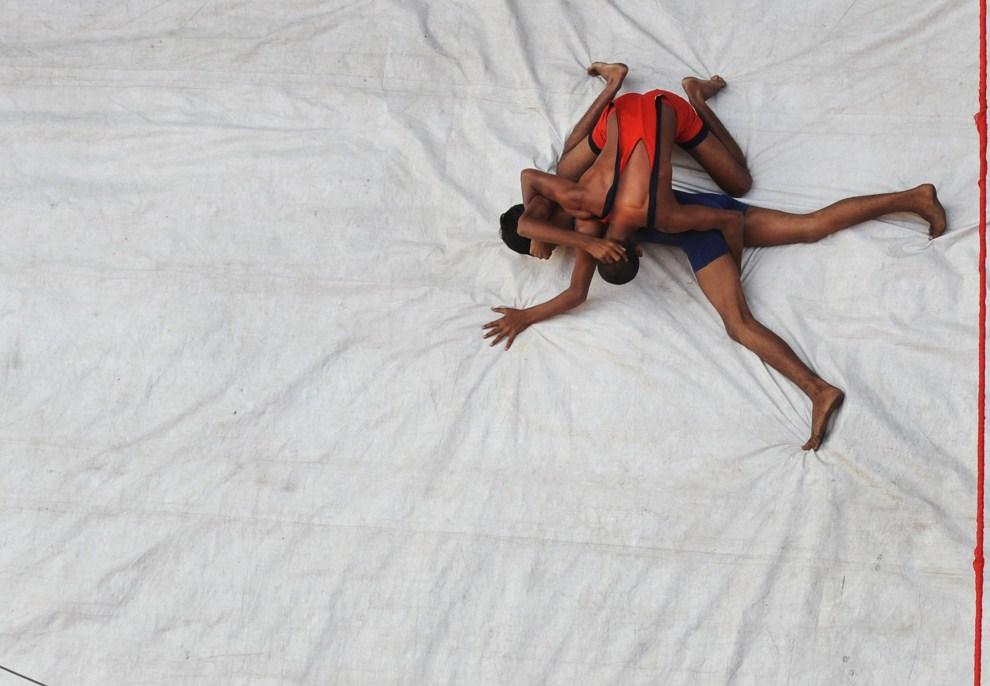 22. INDIE, Kalkuta, 27 października 2011: Zapaśnicy na ringu rozstawionym na skrzyżowaniu ulic w centrum miasta. AFP PHOTO/Dibyangshu SARKAR