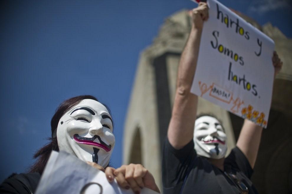 23.MEKSYK, Meksyk, 15 października 2011: Uczestnicy protestów w stolicy Meksyku. AFP PHOTO/RONALDO SCHEMIDT