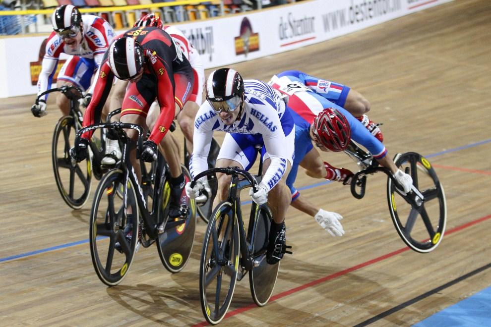 23. HOLANDIA, Apeldoorn, 13 października 2011: Upadek czeskiego kolarza pod Mistrzostwa Europy w Kolarstwie Torowym. AFP PHOTO / VINCENT JANNINK