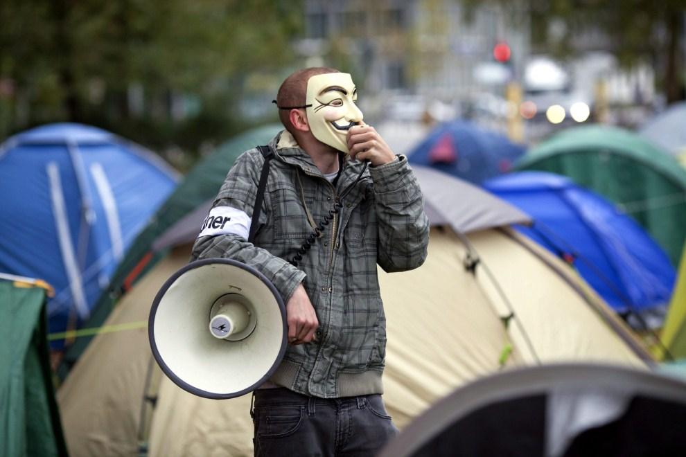 24.NIEMCY, Frankfurt nad Menem, 19 października 2011: Aktywista zwołuje ludzi przed siedzibą Europejskiego Banku Centralnego. PAP/EPA.