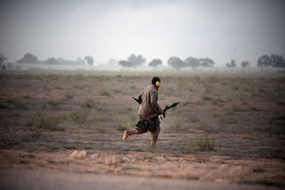 24. LIBIA, Syrta, 9 października 2011: Rebeliant szukający bezpiecznego miejsca do oddania strzału z granatnika. (Foto: Majid Saeedi/Getty Images)
