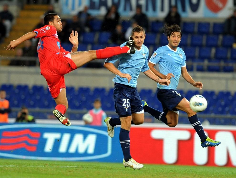 25. WŁOCHY, Rzym, 26 października 2011: Giuseppe Bellusci (po lewej) atakuje Miroslava Klose w meczu Serie A. AFP PHOTO / TIZIANA FABI