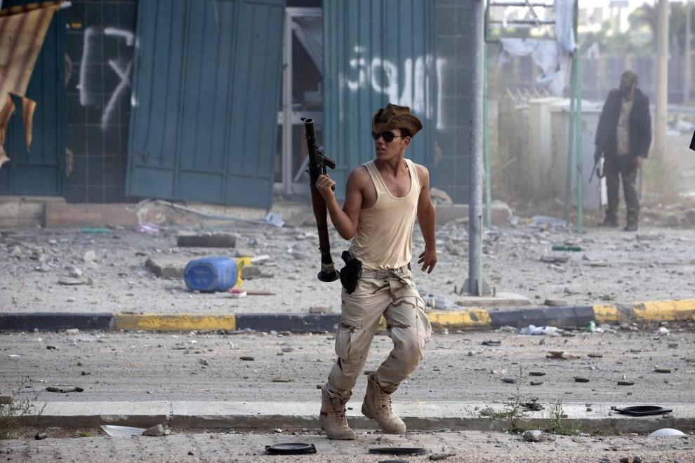 25. LIBIA, Syrta, 14 października 2011: Bojownik NTC z granatnikiem po oddaniu strzału. (Foto: Majid Saeedi/Getty Images)