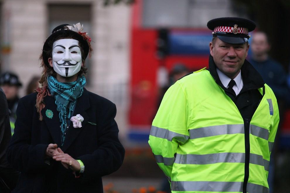 27.WIELKA BRYTANIA, Londyn, 22 października 2011: Protestujący i pilnujący porządku policjant przed siedzibą giełdy w Londynie. (Foto: Oli Scarff/Getty Images)