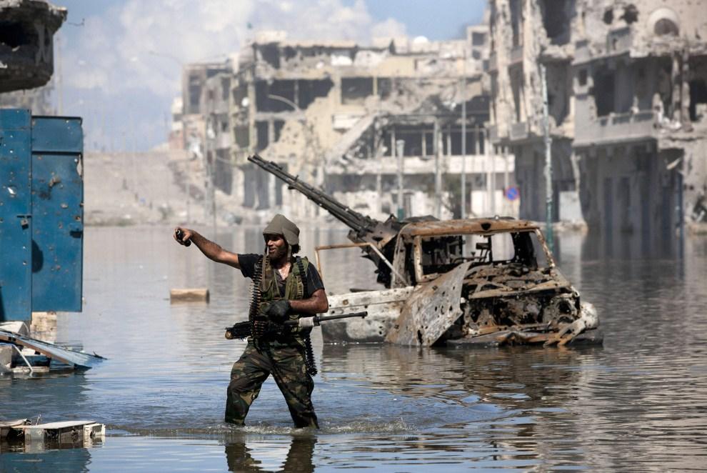 27. LIBIA, Syrta, 14 października 2011: Bojownik NTC w zniszczonym podczas walk centrum Syrty. (Foto: Majid Saeedi/Getty Images)