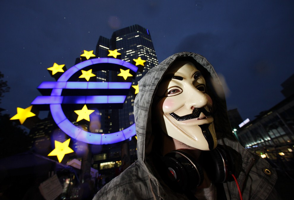 29. NIEMCY, Frankfurt nad Menem, 18 października 2011: Mężczyzna protestujący przed siedzibą Europejskiego Banku Centralnego. (Foto:  Ralph Orlowski/Getty Images)