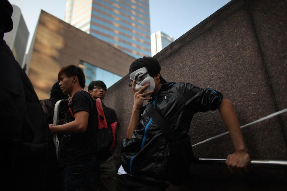 30. CHINY, Hong Kong, 15 października 2010: Jeden z protestujących przed budynkiem giełdy w Hong Kongu. AFP PHOTO / ED JONES