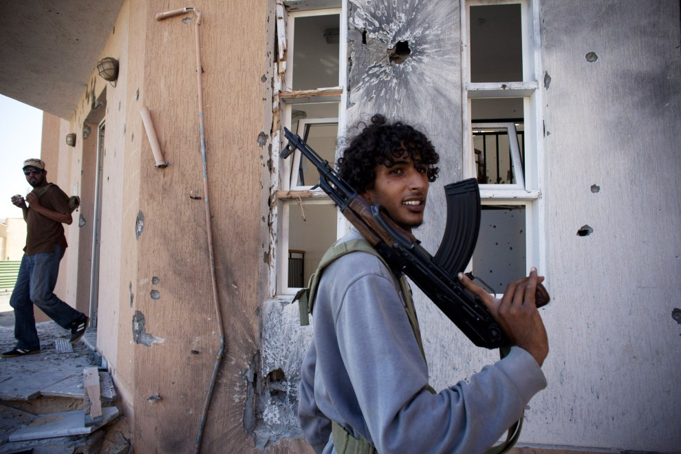 28. LIBIA, Syrta, 8 października 2011: Członkowie NTC na zajętej ulicy w Syrcie. (Foto: Majid Saeedi/Getty Images)