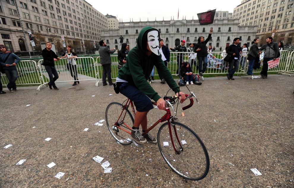 2.CHILE, Santiago, 28 maja 2011: Uczestnik protest przeciw budowie zespołu hydroelektrowni w Patagonii. AFP PHOTO/ CLAUDIO SANTANA