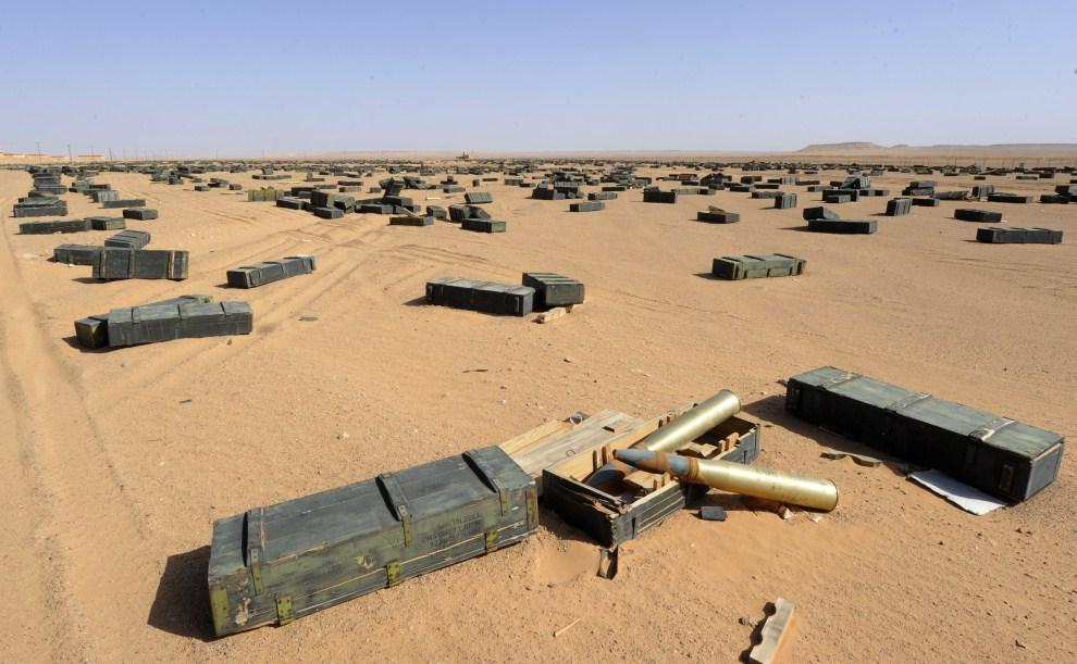 2. LIBIA, Syrta, 26 października 2011: Skrzynie z amunicją na pustyni w pobliżu magazynu wojskowego. AFP PHOTO/PHILIPPE DESMAZES