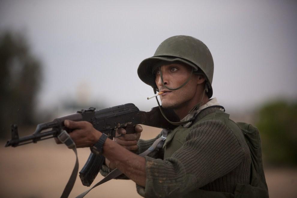 2. LIBIA, Syrta, 7 października 2011: Bojownik  NTC wypatruje snajpera. (Foto: Majid Saeedi/Getty Images)