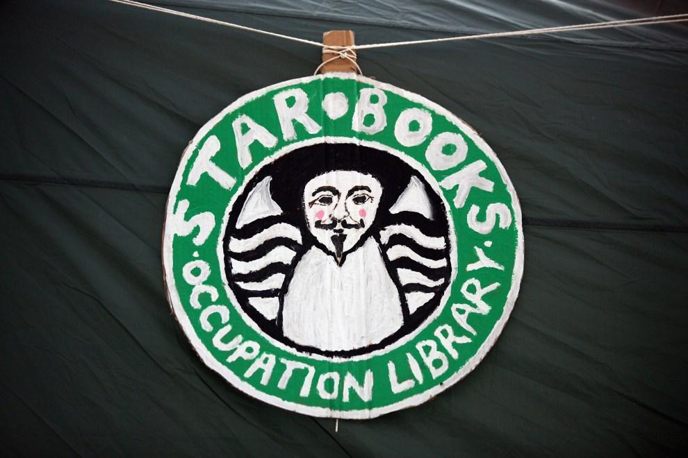 34. WIELKA BRYTANIA, Londyn, 22 października 2011: Zmodyfikowane logo sieci kawiarni umieszczone przez protestujących przed budynkiem giełdy w Londynie. (Foto: Oli Scarff/Getty Images)