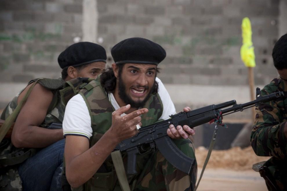 3. LIBIA, Syrta, 7 października 2011: Mężczyzna wydaje polecenia pozostałym członkom NTC. (Foto: Majid Saeedi/Getty Images)