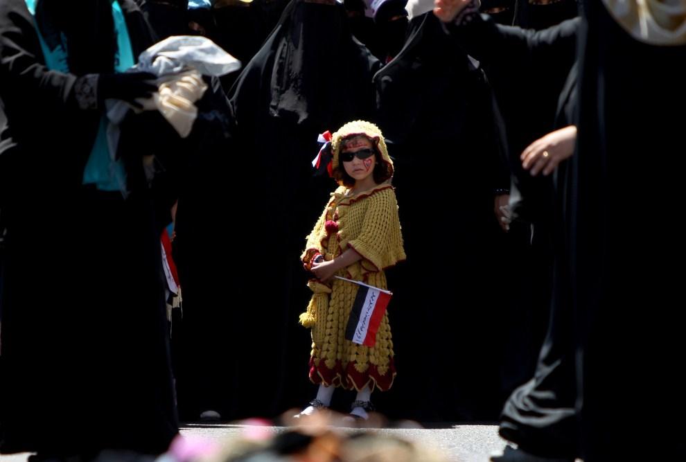 4. JEMEN, Sana, 26 października 2011: Dziewczynka pośród kobiet, które palą nikaby podczas demonstracji w stolicy Jemenu. AFP PHOTO/MARWAN NAAMANI