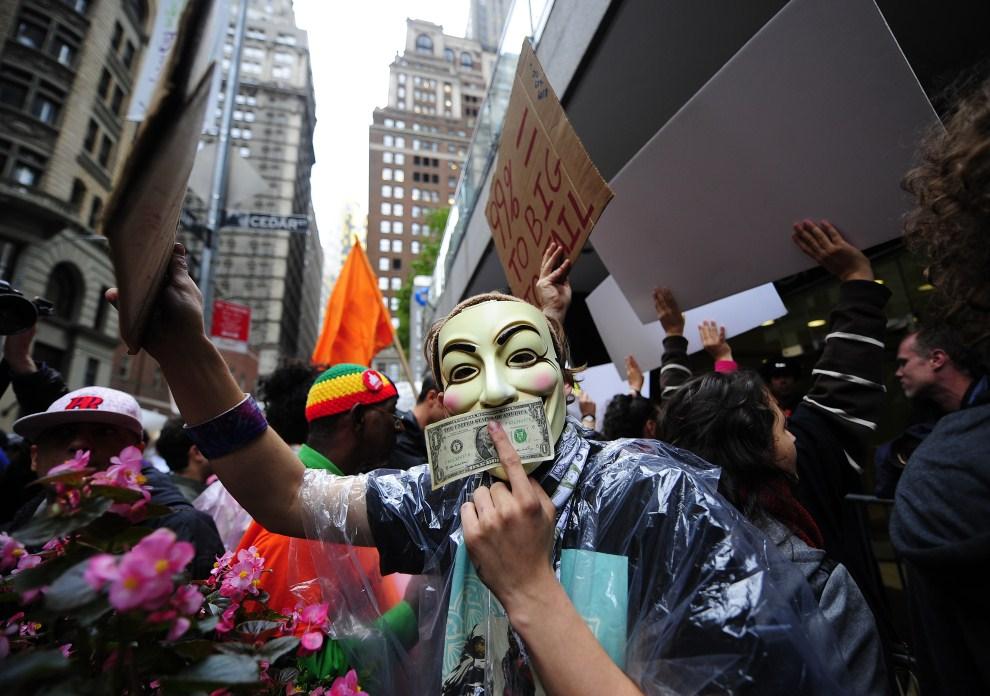 """5.USA, Nowy Jork, 12 października 2011: Demonstracja aktywistów ruchu """"Okupuj Wall Street"""" w Nowym Jorku. AFP PHOTO/Emmanuel Dunand"""