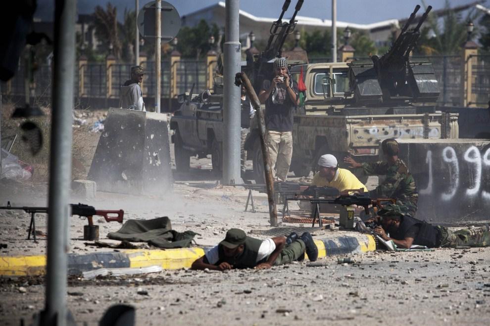 4. LIBIA, Syrta, 14 października 2011: Wymiana ognia między członkami NTC i oddziałami wiernymi Kadfiemu. (Foto: Majid Saeedi/Getty Images)