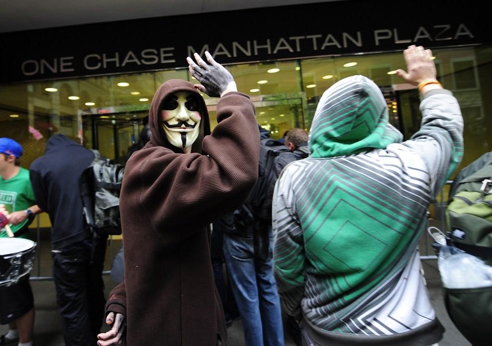 """6.USA, Nowy Jork, 12 października 2011: Protest członków """"Okupuj Wall Street"""" przed One Chase Manhattan Plaza. AFP PHOTO/Emmanuel Dunand"""