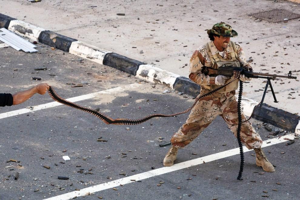 5. LIBIA, Syrta, 8 października 2011: Bojownik NTC ostrzeliwuje pozycje oddziałów rządowych. (Foto: Majid Saeedi/Getty Images)