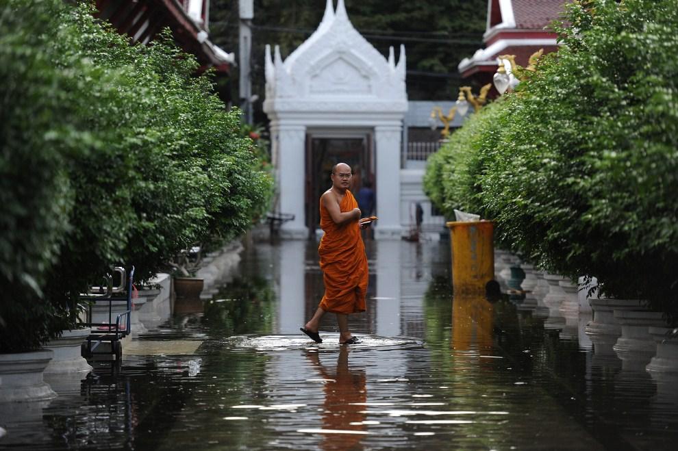 7. TAJLANDIA, Bangkok, 26 października 2011: Buddyjski mnich na terenie zalanej świątyni w centrum miasta. AFP PHOTO/Christophe ARCHAMBAULT