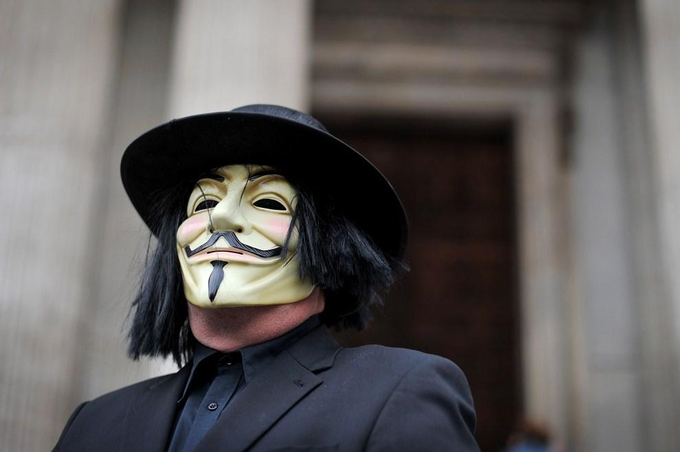 9.WIELKA BRYTANIA, Londyn, 16 października 2011: Mężczyzna w masce na schodach katedry Św. Pawła. AFP PHOTO/Ben Stansall
