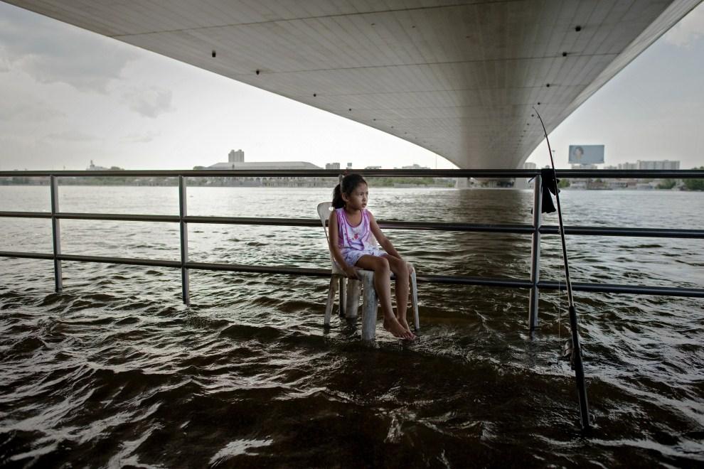 9. TAJLANDIA, Bangkok, 26 października 2011: Dziewczynka nad występująca z brzegów rzeką Menam. AFP PHOTO/ Nicolas ASFOURI