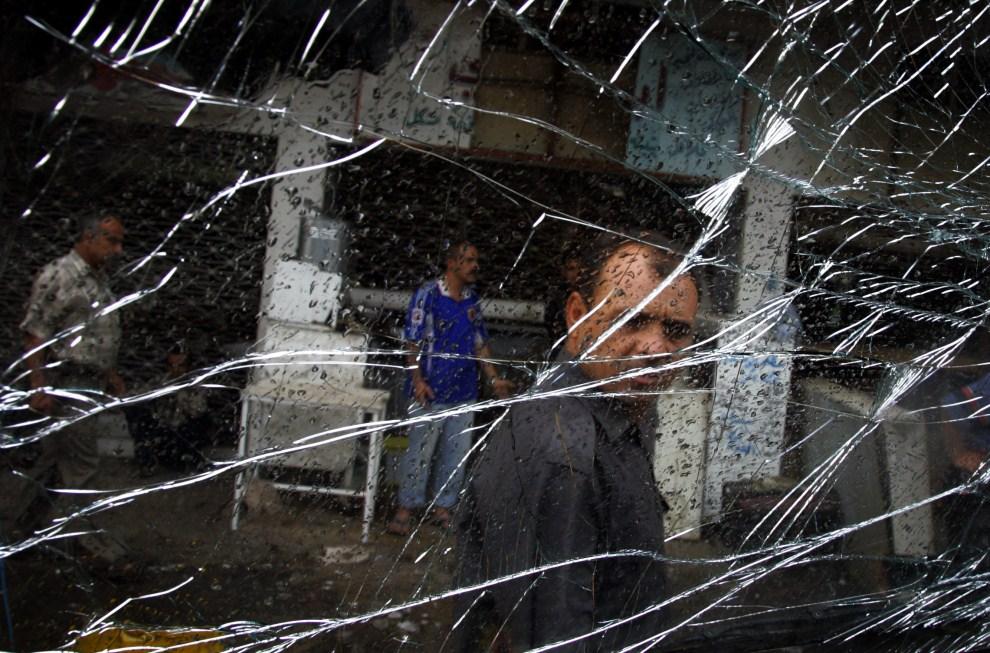 10. IRAK, Bagdad, 25 października 2006: Widok z wnętrza samochodu zaparkowanego w pobliżu miejsca eksplozji bomby. AFP PHOTO/SABAH ARAR