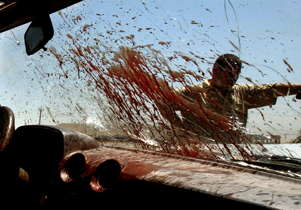 11. IRAK, Bagdad, 31 maja 2006: Wnętrze samochodu, który wjechał pomiędzy ostrzeliwujących się policjantów i rebeliantów. AFP PHOTO/WISAM SAMI