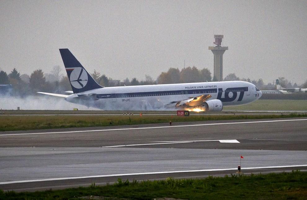 11. POLSKA, Warszawa, 1 listopada 2011: Awaryjne lądowanie Boeinga 767 na pasie startowym lotniska Okęcie. AFP PHOTO / WOJTEK RADWANSKI