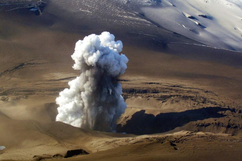13. CHILE, Santiago, 31 października 2011: Erupcja wulkanu Hudson w pobliżu miasta Coyhaique. AFP PHOTO/Intendencia de Aysen