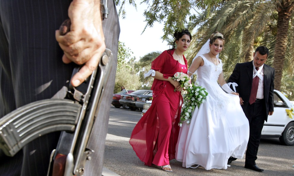 15. IRAK, Bagdad, 13 lipca 2006: Młoda para wchodzi do hotelu, w którym zorganizowano wesele. AFP PHOTO/PATRICK BAZ