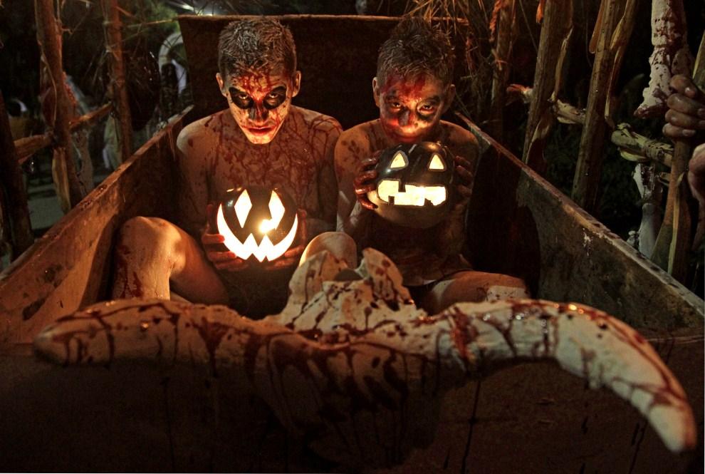 """15. SALWADOR, , Tonacatepeque, 1 listopada 2011: Uczestnicy zabawy nazywanej """"La Calabiuza"""" organizowanej z okazji Dnia Zmarłych. AFP PHOTO /Oscar RIVERA"""