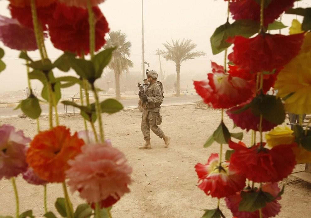 16. IRAK, Bakuba, 28 czerwca 2009: Patrol na przedmieściach Bakuby. AFP PHOTO / AHMAD AL-RUBAYE