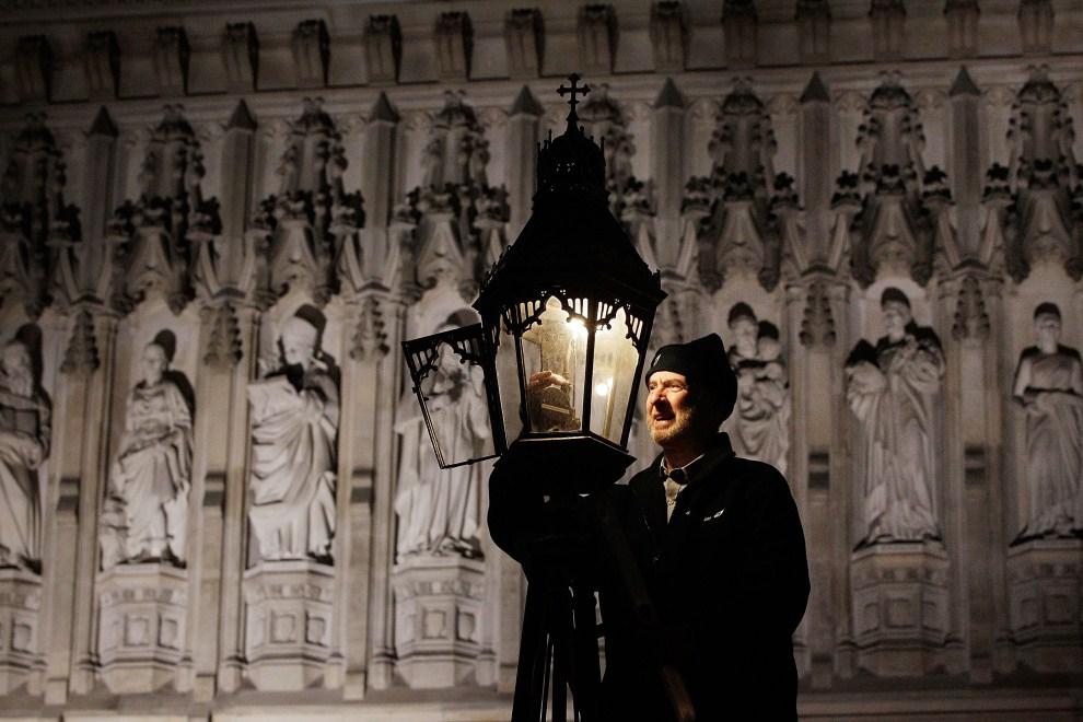 16. WIELKA BRYTANIA, Londyn, 31 października 2011: Martin Caulfield (69 lat) czyści latarnię gazową przed Opactwem Westminsterskim. (Foto: Matthew Lloyd/Getty Images)
