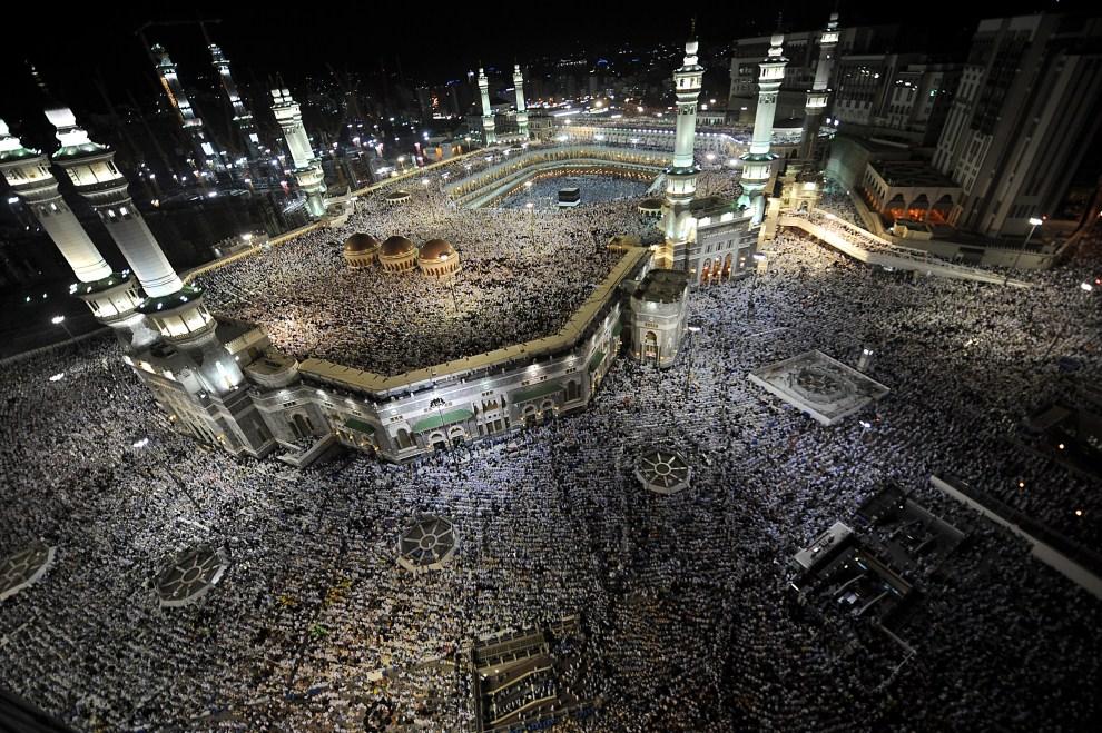18. ARABIA SAUDYJSKA, Mekka, 2 listopada 2011: Muzułmanie podczas wieczornej modlitwy przed meczetem w Mekce. AFP PHOTO/FAYEZ NURELDINE