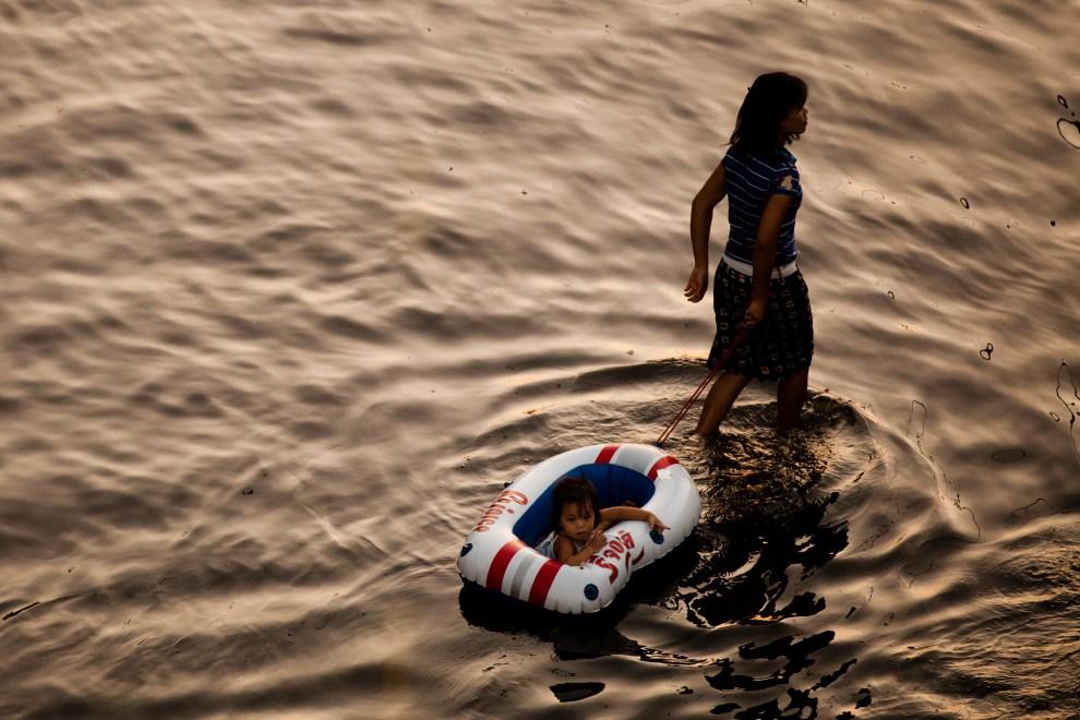 20. TAJLANDIA, Bangkok, 1 listopada 2011: Kobieta z dzieckiem – ofiary powodzi, jaka nawiedziła Bangkok. (Foto: Daniel Berehulak /Getty Images)
