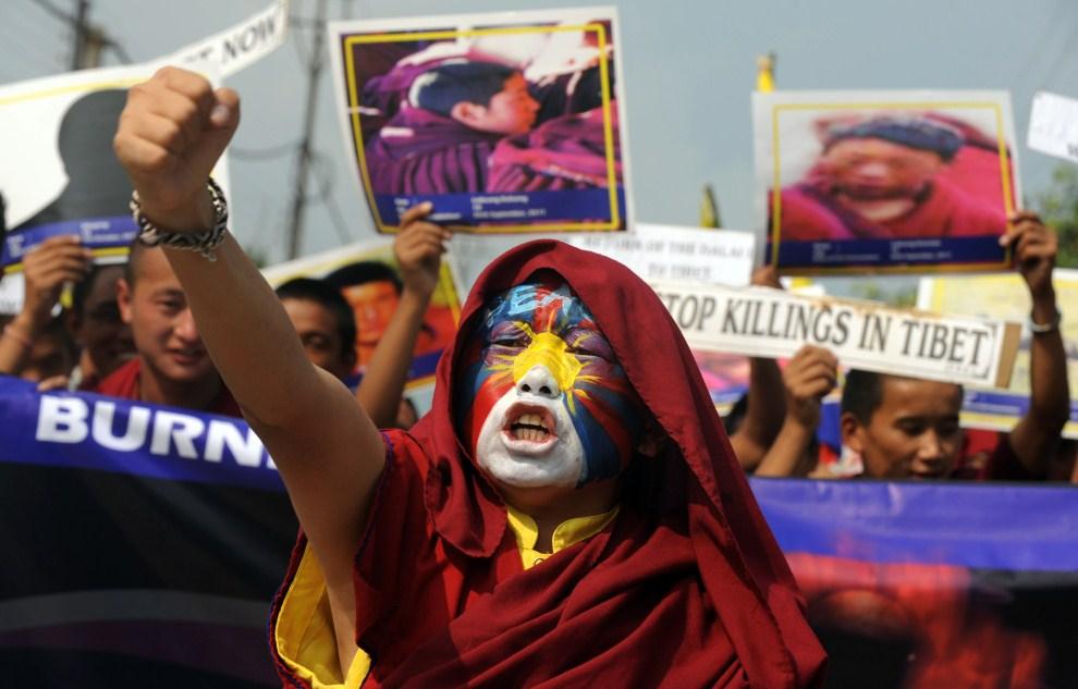 1. INDIE, Siliguri, 2 listopada 2011: Protest Tybetańczyków przebywających na wygnaniu w Indiach. AFP PHOTO/Diptendu DUTTA