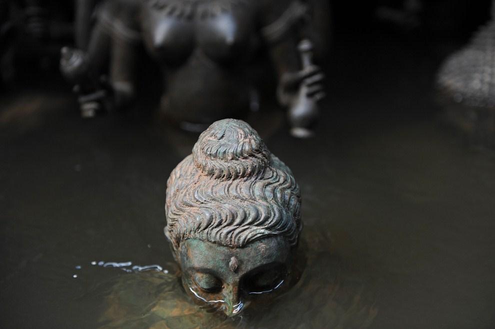 21. TAJLANDIA, Bangkok, 30 października 2011: Buddyjski posąg zatopiony przez wodę z rzeki Menam. AFP PHOTO/Christophe ARCHAMBAULT